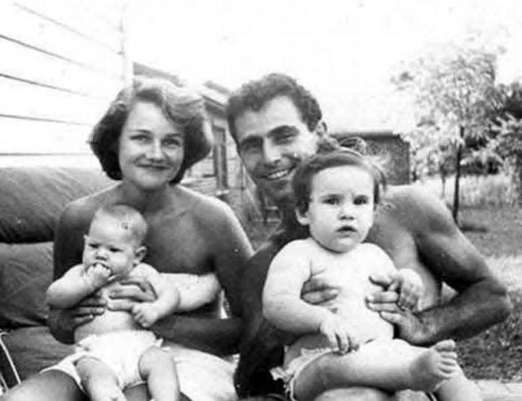 Rodzina Serlingów w składzie, Carol, Rod i córki, starsza Judy (Jodie) i młodsza Anne (Nan), zdjęcie zrobione prawdopodobnie w roku 1955.