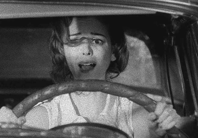 """Nora Zehetner z powodzeniem mogłaby zagrać Nan Adams w remake'u """"The Hitch-hiker"""" zrobionym całkiem """"na serio"""". Chociaż jej komediowa kreacja w niewielu aspektach ustępuje roli Inger Stevens."""
