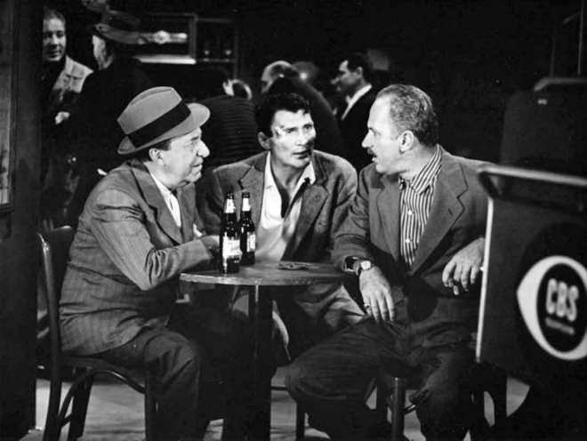 """Ed i Keenan Wynn (obaj, ojciec i syn pojawiali się później w epizodach """"Strefy Mroku""""), oraz Jack Palance (pośrodku) na planie """"Requiem for a Heavyweight"""" z 1956 roku."""