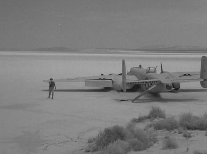 """""""Afryka, rok 1943. Wojenna przemoc niesie się niebem a jej owoce grzebane są pustynnych cmentarzach. Oto B-25, King Nine, bombowiec klasy średniej z 12 Dywizji Powietrznej. Tego gorącego poranka wyleciał z bazy w Tunezji, by zbombardować cele w południowych Włoszech. Oto miejsce jego lądowania, gdzie opadł niczym raniony ptak, kiedy przestrzelono jego zbiorniki paliwa. Nie dane mu będzie wrócić tego, ani żadnego z następnych dni."""""""