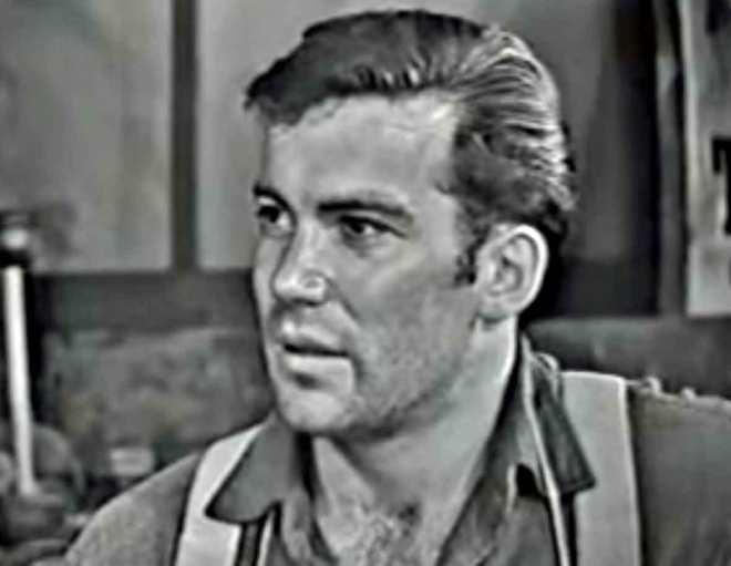 """Występ w """"A Town Has Turned to Dust"""", był jedną z pierwszych ról William Shatner. Aktor również pojawił się, dwukrotnie, w epizodach """"Strefy Mroku""""."""