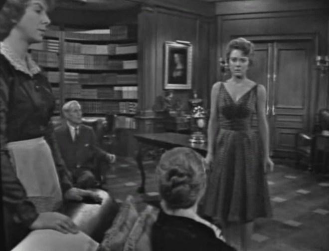"""W """"The Lateness of the Hour"""" większość akcji rozgrywa się w jednym pomieszczeniu i filmowana jest przy niewielkiej liczbie ujęć statycznych ujęć."""