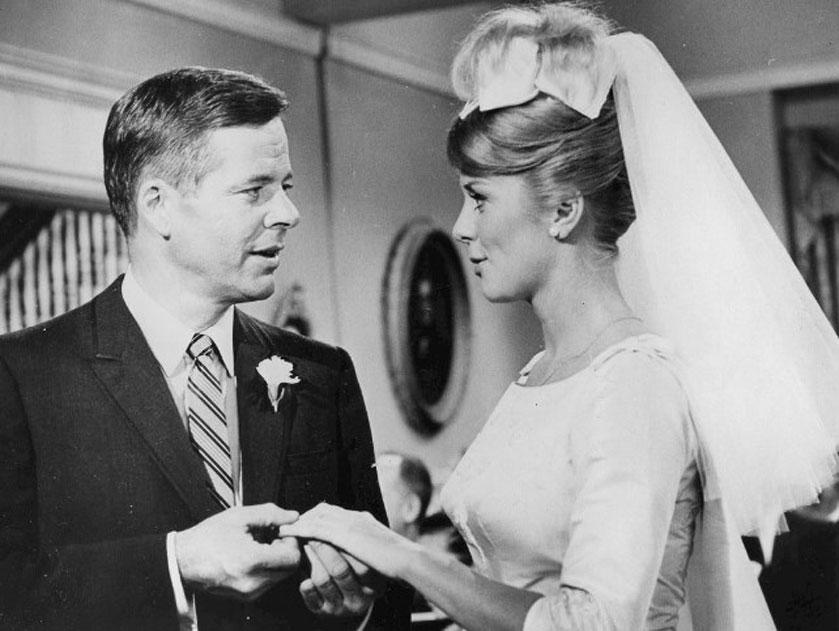 "Ingers Stevens wraz z Williamem Windomem, jako bohaterowie popularnego sitcomu ""The Farmer's Daughter"", 1963 - 1966"