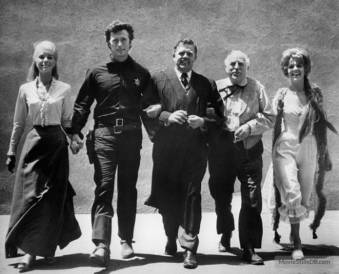 "Fotos promujący western z Clintem Eastwoodem i Inger Stevens, zatytułowany ""Hang 'Em High"", 1968."