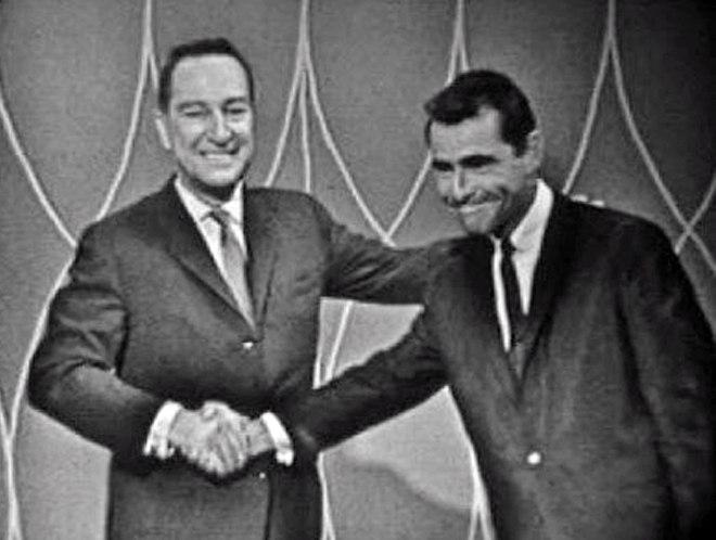 """Garry Moore żegnający się z Rodem Serlingiem po zakończeniu skeczu """"Mosquito"""", 1961"""