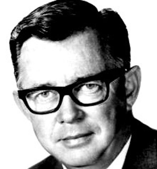 """William Self (1921 - 2010, producent kultowych seriali, takich jak M*A*S*H*, """"Batman"""" (1966 - 1968), """"Lost in Space"""", oraz - oczywiście - pilotażowego odcinka """"Strefy Mroku"""" - """"Where is Everybody?""""."""