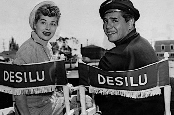 Lucille Ball i Desi Arnaz na planie produkowanego przez Desilu Productions serialu, który zdefiniował gatunek sitcomu -
